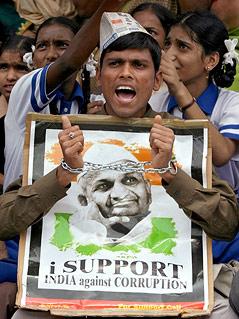 Anhänger des indischen Gurus Anna Hazare mit Transparent und Handschellen bei einer Demonstration