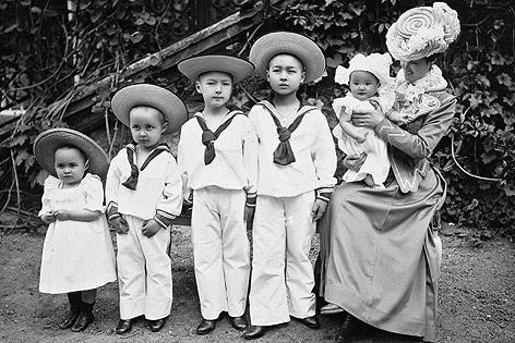 Mitsuko aoyama mit fünf von insgesamt sieben kindern