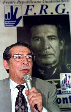 Guatemalas Ex-Diktator Efrain Rios Montt bei seiner Ansprache nach seiner Wiederwahl im Jahr 1996